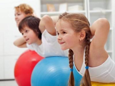 Con el Pilates, los niños aprenderán a mantener una postura correcta en las diversas situaciones cotidianas de la vida (sentarse, andar, agacharse, etc.).